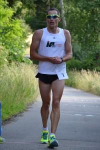 Hero-Sieger Stefan Richter vom TSV Harburg beim Zieleinlauf auf der Lauf-strecke