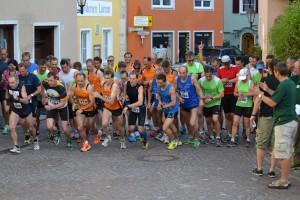 Massenstart zum Berglauf auf dem Marktplatz in Harburg