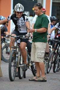 Mountainbike-Siegerin Andrea Bugar beim Start auf dem Marktplatz in Har-burg