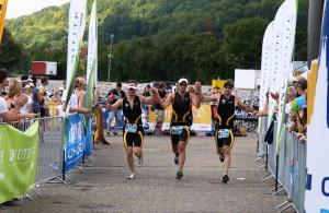 Das TSV-Trio beim Zieleinlauf in Regensburg (Alexander Jung, Maximilian Million und Daniel Treimer) Quelle: compexx Triathlon Regensburg