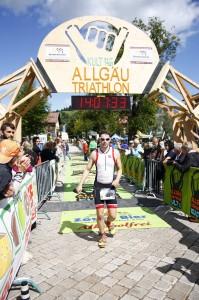 Michael Schober beim Zieleinlauf seiner ersten Halbdistanz
