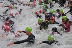 : Turbolenter Saisonstart für die Harburger Triathleten beim diesjährigen Waginger See: Die Starter bringen den kalten See zum kochen. Bild: Grabei