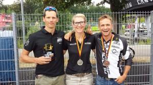 Erfolgreiche Ausbeute unserer Triathleten aus der Region bei der Challenge Roth. Unser Bild zeigt (v.l.n.r.) Stefan Richter (5. Schnellster Amateur), Carola Wild und Leonhard Wiedemann (beide 2. Platz in der Deutschen Meisterschaft über die Langdistanz)