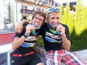 So sehen Sieger aus! Theresa Wild und Leonhard Wiedemann freuen sich im Ziel der 70.3 Weltmeisterschaft