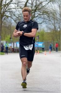 Hardy Wiedemann beim Zieleinlauf. Foto: Thomas Hosemann (sw-augsburg.de)