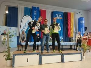 Schnelles Rennen von Alex Jung (links) und Hardy Wiedemann (mitte) beim Silvesterlauf Gersthofen